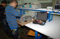 Alumnes del Jaume Balmes en un taller de electrónica
