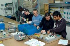 Alumnes al taller d´electrònica industrial