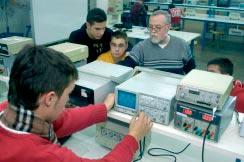 Alumnes al taller d'electrònica industrial